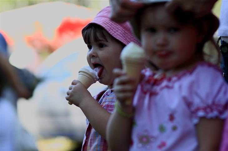 ילדות קטנות מלקקות גלידה