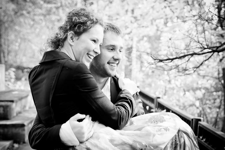 זוג מחויך יושב על מרפסת