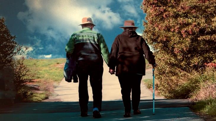 זוג מבוגרים מטייל על שביל בטבע