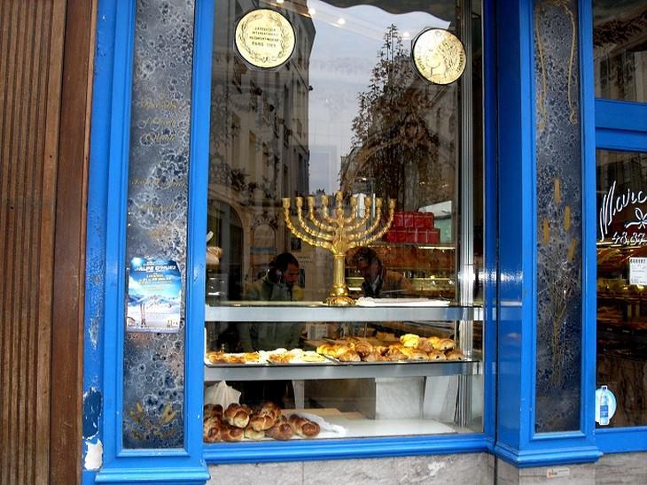 מנורה בפתח חלון של חנות