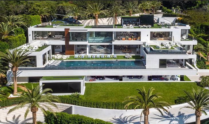 תמונה של כל הבית מבחוץ באור יום