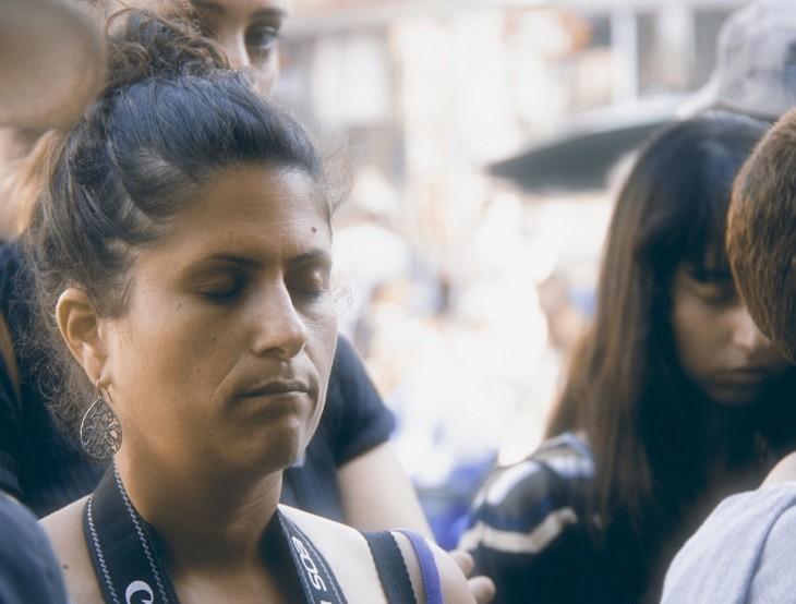 תרגילי נשימה לטיפול בגלי חום: אישה לוקחת נשימה עמוקה ברחוב