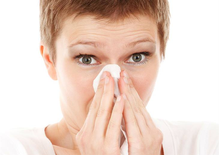 אישה מקנחת את האף