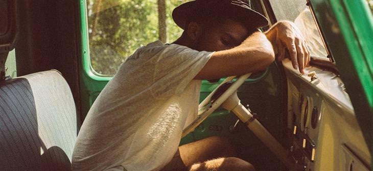 איש ישן בתוך אוטו