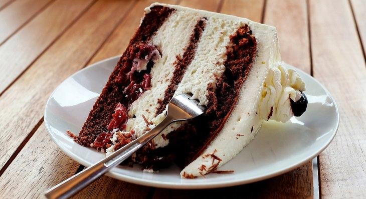 עוגה עם כפית בצלחת