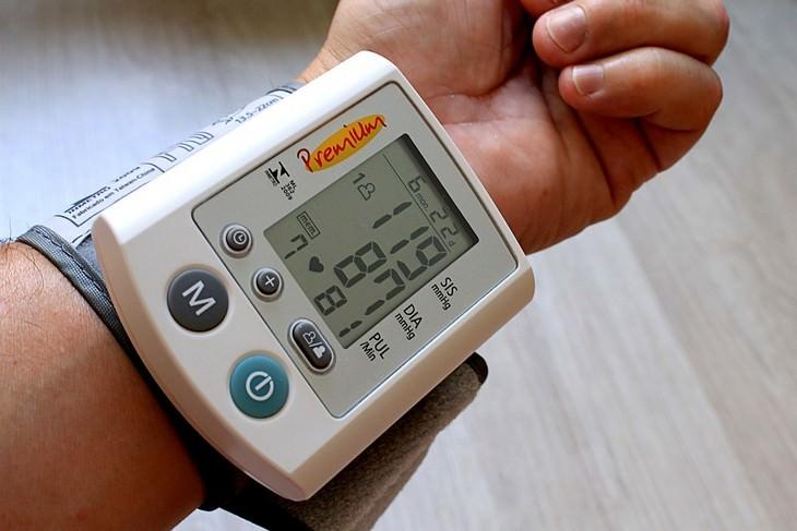 מכשיר למדידת לחץ דם על פרק יד של גבר
