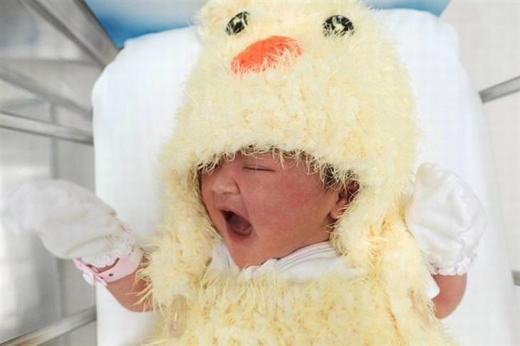 תינוק בתחפושת של אפרוח