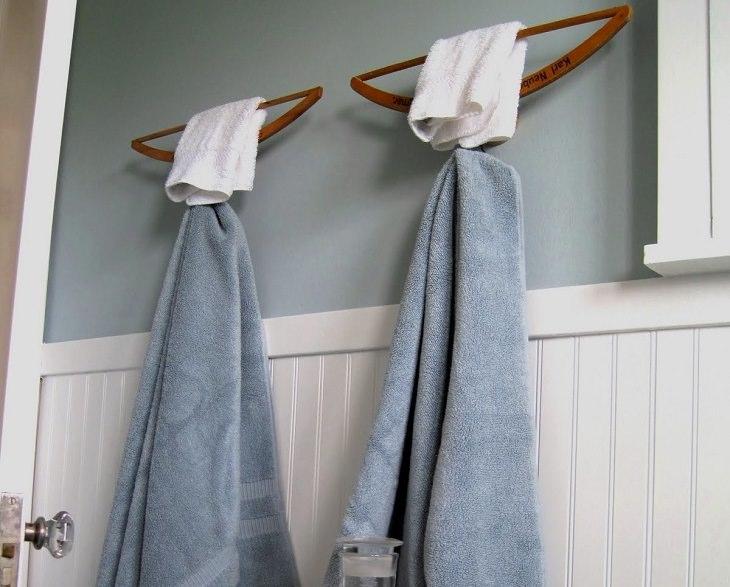 קולבים הפוכים במקלחת ועליהם מגבת ידיים ומגבת מקלחת
