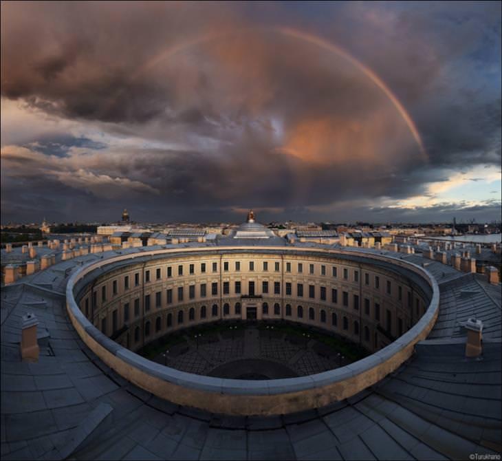קשת בענן מעל האקדמיה לאומנות שבסנט פטרסבורג