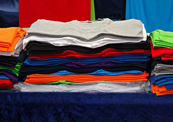 חולצות צבעוניות מסודרות אחת על השנייה