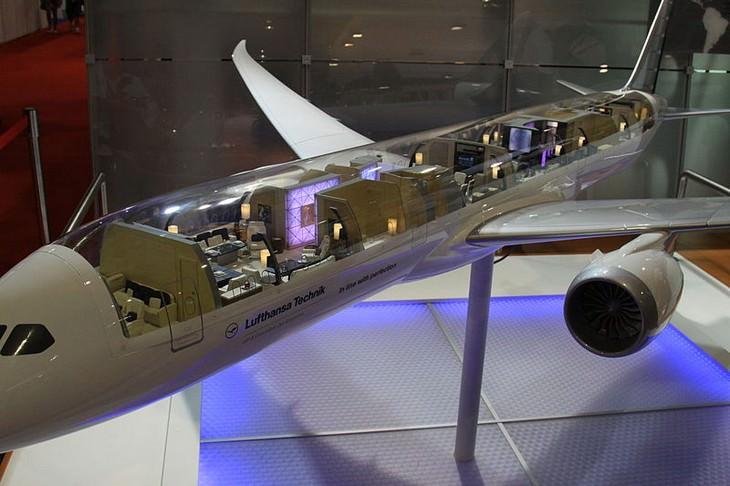 מודל עם גג שקוף של הבואינג 787-8 BBJ