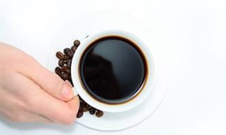 איש שותה קפה