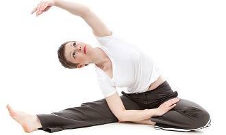 אישה עושה יוגה