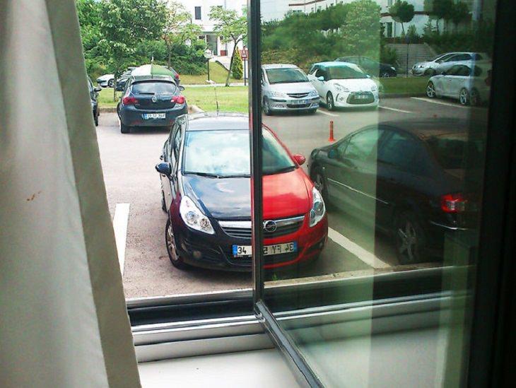שתי מכוניות מתמזגות אחת עם השנייה בעזרת משחק של השתקפות עם חלון
