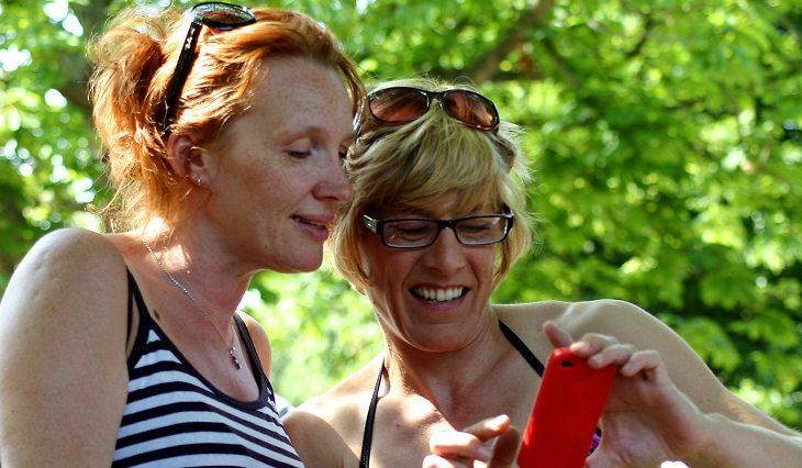 שתי נשים מתבוננות בסמארטפון