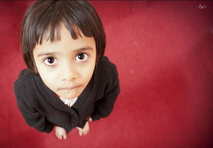 איך לגרום לילדים להקשיב להורים: צילום של ילד מלמעלה