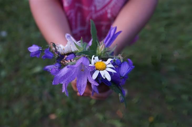 """עצות להורות מד""""ר פיל: ילדה מחזיקה זר פרחים"""