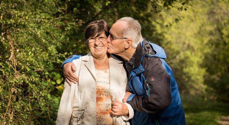 סיבות לאהוב את הגיל: גבר מבוגר נושק לאישה מבוגרת ומחויכת