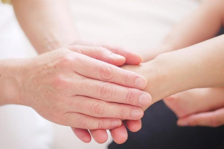 דברים שחשוב לזכור כשאתם חוששים להשמיע את קולכם: ידיים אוחזות בכף יד
