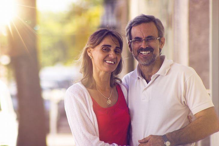 לגרום לבן הזוג לאהוב אותנו: זוג מבוגר, מחובק ומחוייך