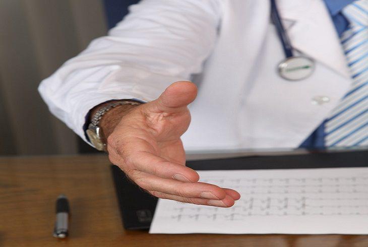 מלנומה של הציפורן: רופא מגיש את ידו ללחיצה