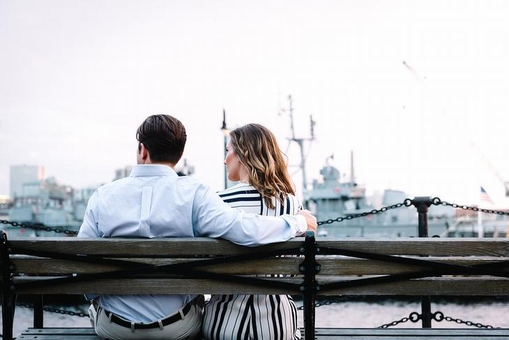 לגרום לבן הזוג לאהוב אותנו: גבר ואישה יושבים על ספסל מול נמל