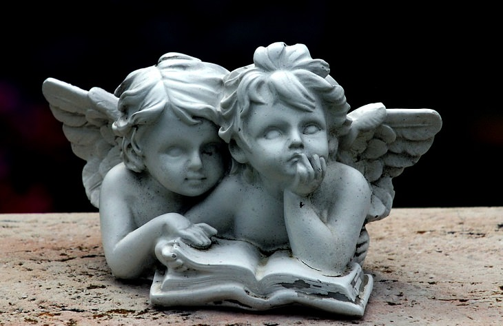"""השיר """"על הנסים"""" מאת דוד אשל: פסל של 2 מלאכים"""