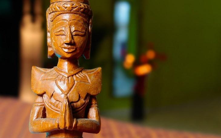 טכניקות מדיטציה מקוריות: פסלון של אישה שעושה מדיטציה