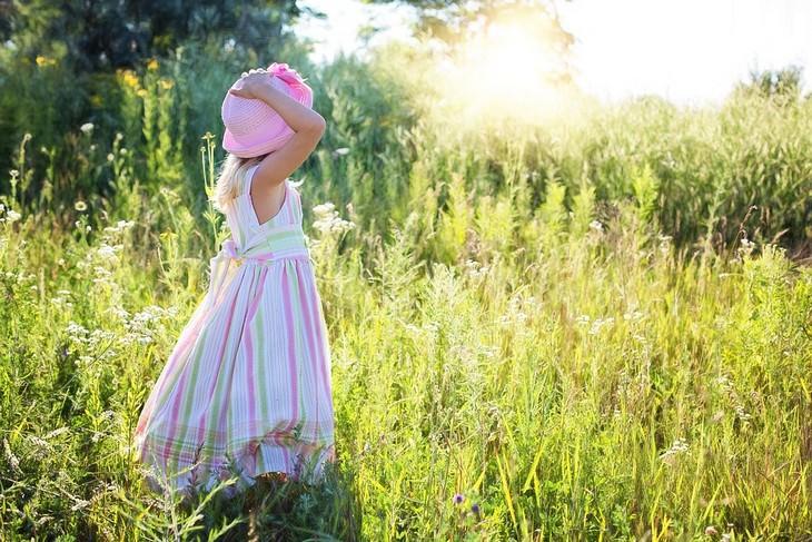 סיכום שיטת החינוך של דר ספוק: ילדה עומדת בשדה מואר