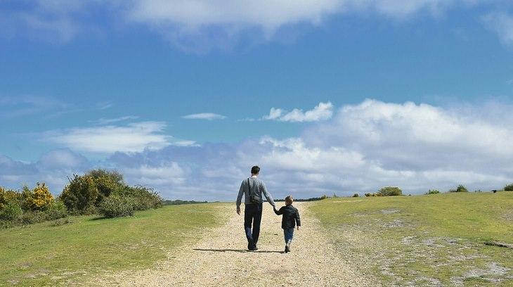 משל העפיפון - אבא ובן הולכים ידי ביד על שביל