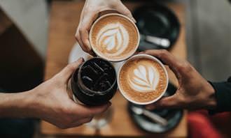 בחן את עצמך - תפקידך במשפחה: הרמת כוסית עם שתי כוסות קפה וכוס קולה
