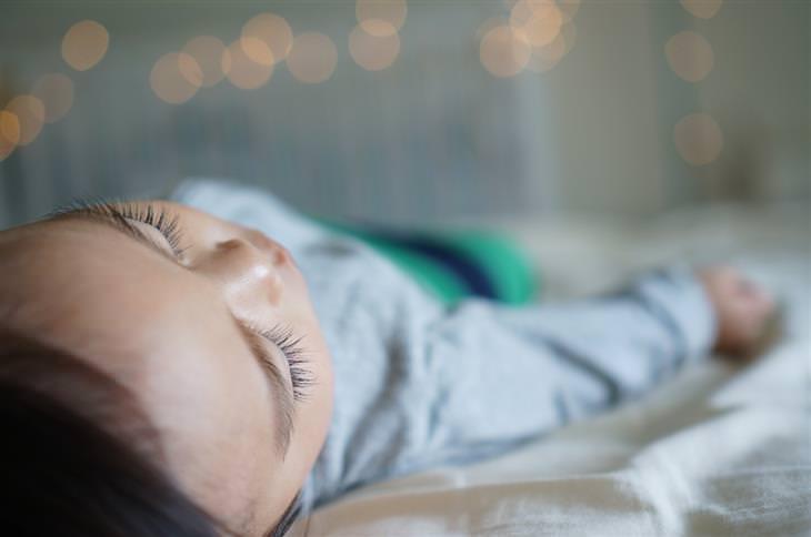 איך להרגיל את הילדים לישון במיטה שלהם: ילדה ישנה במיטה