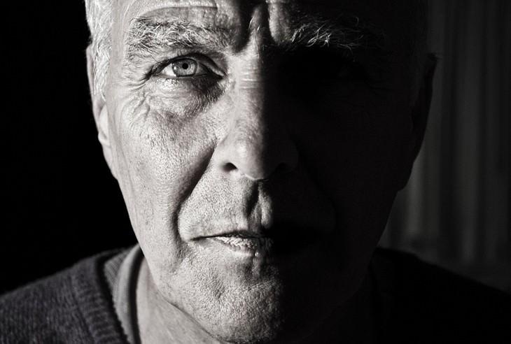 משפטים להחזרת החיים למסלול: גבר מביט למצלמה