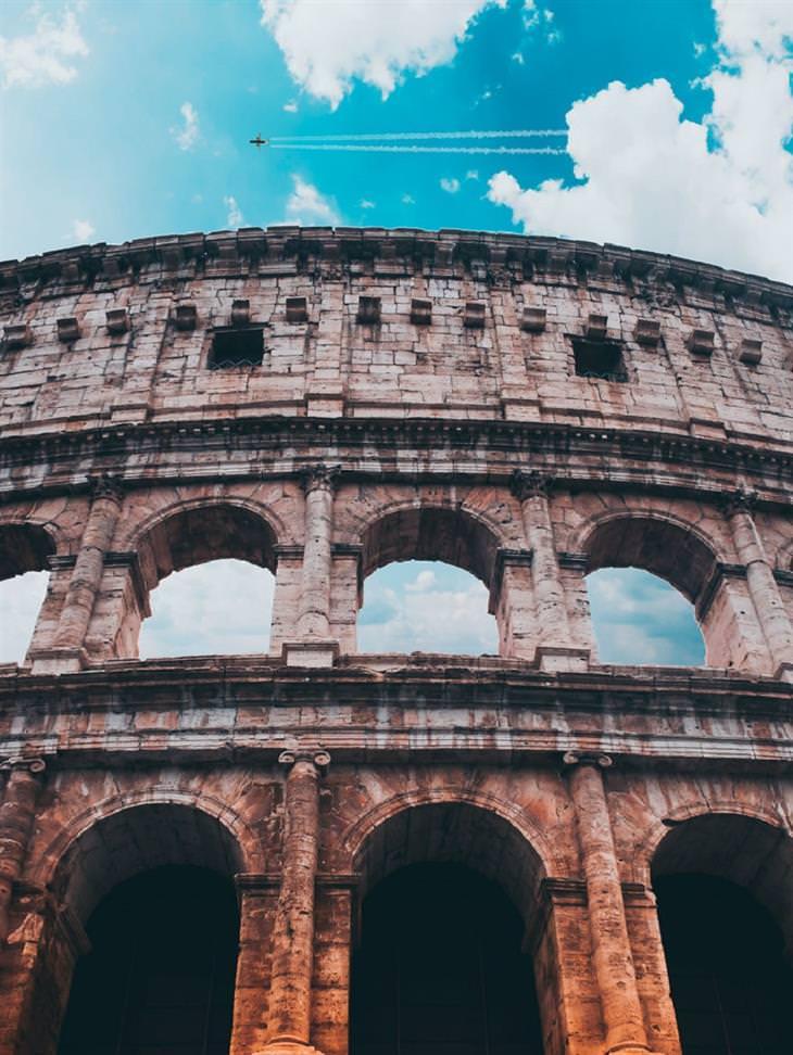 תמונות מיוחדות מאיטליה: מטוס מעל הקוליסאום, רומא