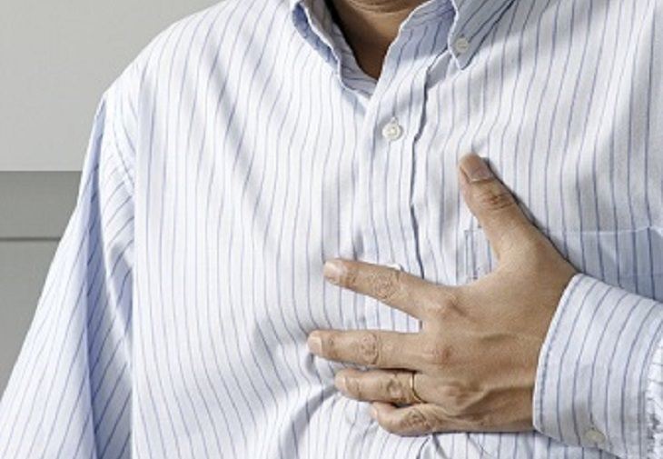 יתרונות בריאותיים של אתרוג: אדם תופס את אזור החזה שלו