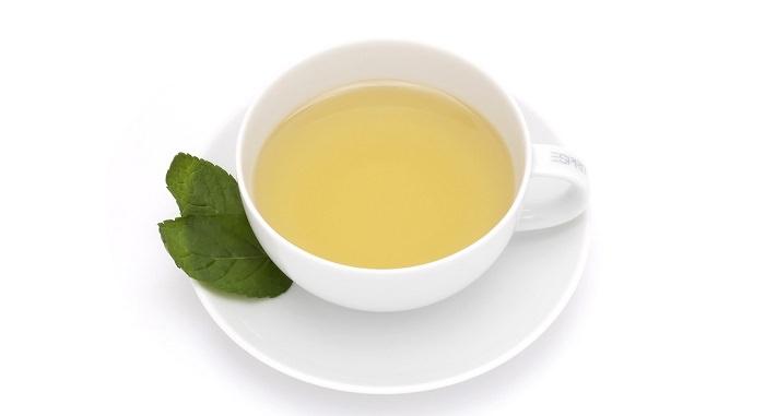 מסיכות פנים נהדרות לעור הפנים: כוס עם נוזל צהוב מונחת על צלוחית