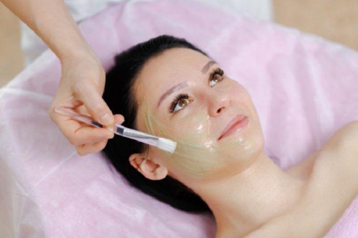 מסיכות פנים נהדרות לעור הפנים: מריחת מסכה על פניה של אישה