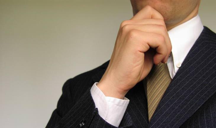 מבחני אישיות לבדיקת האינטליגנציה וכוח המוח: איש בחליפה אוחז בסנטרו
