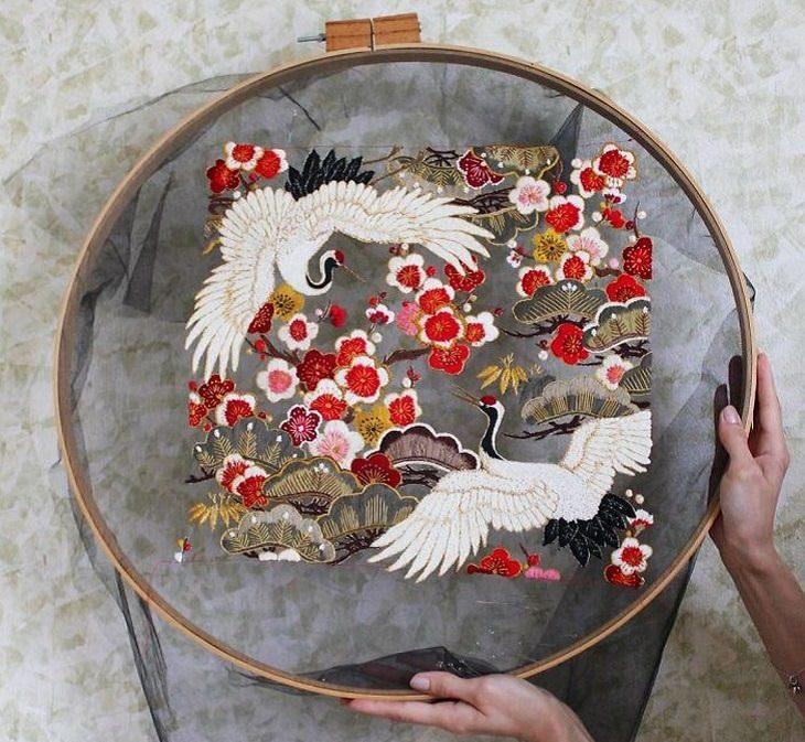 יצירות רקמה בבד טול: רקמת עגורים ופרחים