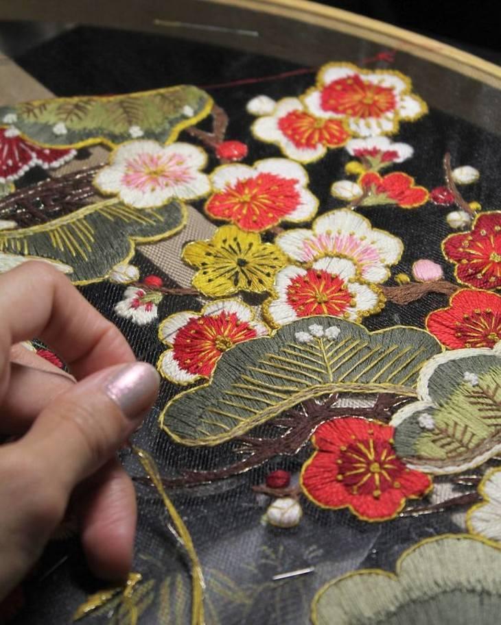 יצירות רקמה בבד טול: קריסטה רוקמת פרחים