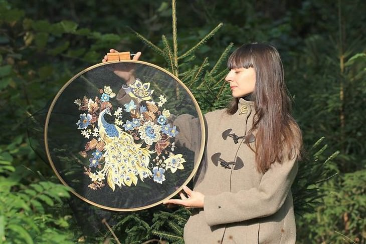 יצירות רקמה בבד טול: קריסטה אוחזת ביצירה שלה עם איור של טווס