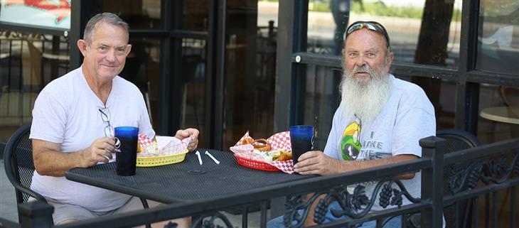 חידות: שני גברים מבוגרים יושבים במסעדת מזון מהיר