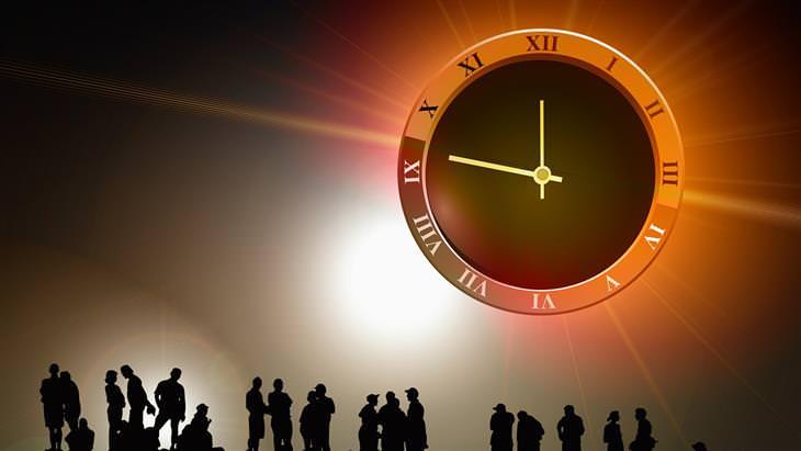 חידות: צלליות של אנשים תחת השמש, שמצויר עליה שעון