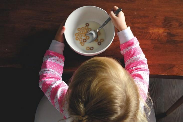 טיפים להתמודדות עם רגרסיה של ילדים: צילום מלמעלה של ילד אוכל דגני בוקר
