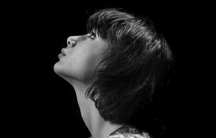 בדיחת הכלה היצרתית: אישה מסתכלת למעלה