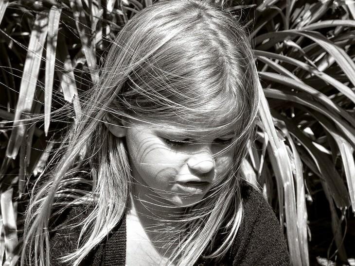 טיפים להתמודדות עם רגרסיה של ילדים: ילדה מביטה מטה