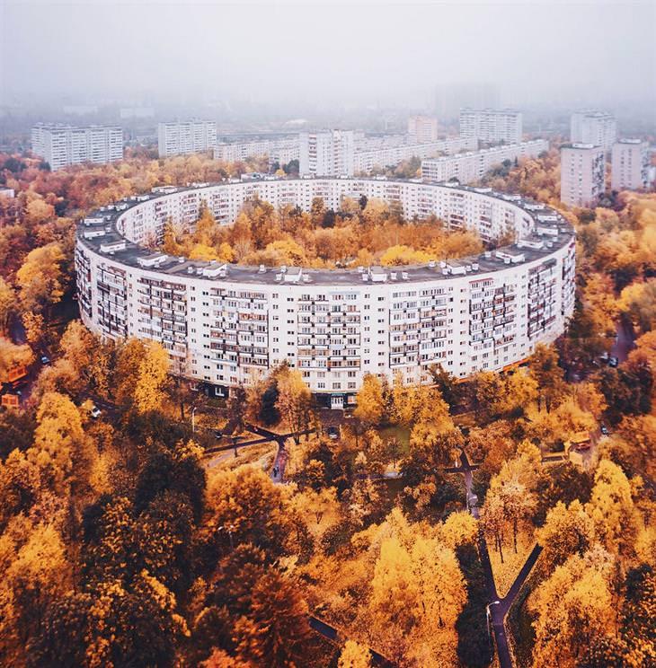 סתיו ברחבי העולם: מוסקבה - בניין עגול כשבתוכו ובצידיו עצי שלכת