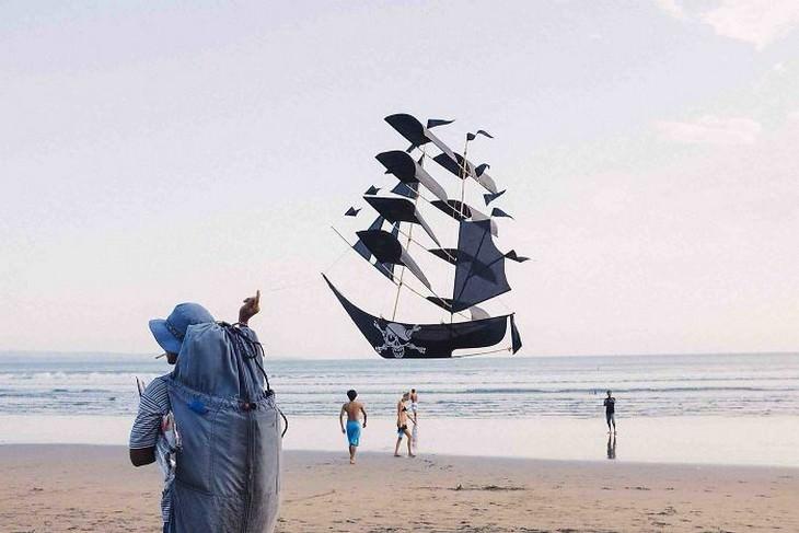 תמונות מדויקות שצולמו ברגע הנכון: עפיפון של ספינת פיראטים שנראה כאילו הוא שט על המים