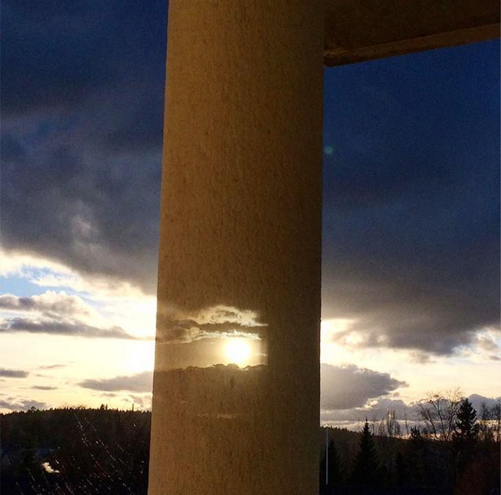 תמונות מדויקות שצולמו ברגע הנכון: אור חודר דרך חור בעמוד בטון ומתמזג עם שקיעה
