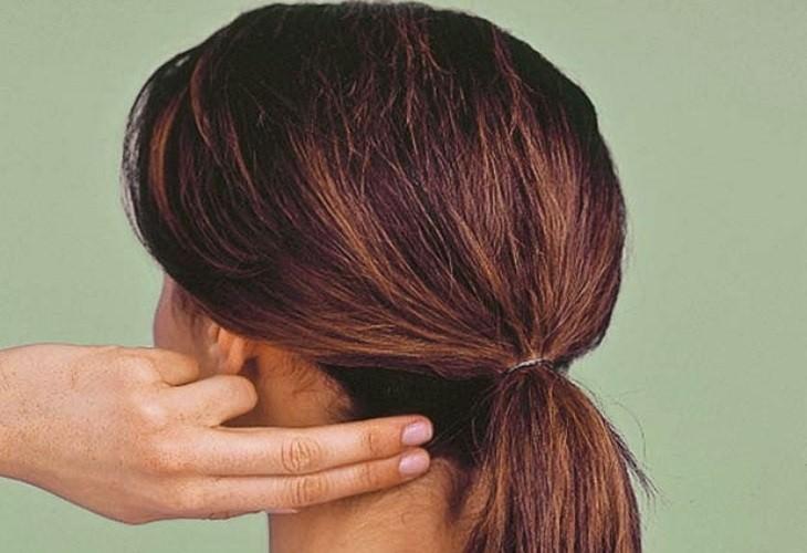 נקודות לחיצה להגברת אנרגיה: אצבעות של אישה לוחצות על נקודה בבסיס הגולגולת